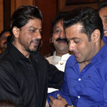 Salman & Shahrukh hugs in Baba Siddiqui's Iftaar Party